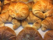 Πρόσφατα ψημένα χρυσά καφετιά γαλλικά croissants στοκ εικόνα
