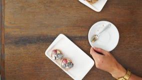 Πρόσφατα ψημένα muffins βακκινίων σε μια αγροτική ρύθμιση με το γάλα και τον καφέ στον επιτραπέζιο υπερυψωμένο πυροβολισμό με το  φιλμ μικρού μήκους