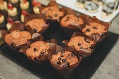 Πρόσφατα ψημένα muffins σταφίδων μελιού στην αγροτική ρύθμιση Εκλεκτής ποιότητας πιάτα πηούτερ με τα συστατικά στο υπόβαθρο Συγκρ Στοκ Εικόνες