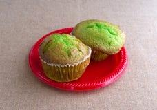 Πρόσφατα ψημένα muffins φυστικιών σε ένα κόκκινο πιάτο Στοκ εικόνα με δικαίωμα ελεύθερης χρήσης