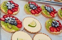 Πρόσφατα ψημένα tarts μούρων σε μια αγορά αγροτών στοκ φωτογραφία