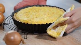 Πρόσφατα ψημένη γαλλική πίτα κρεμμυδιών απόθεμα βίντεο