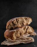 Πρόσφατα ψημένη σίκαλη, ψωμί μαγιάς, αγροτική εικόνα στούντιο στοκ φωτογραφία με δικαίωμα ελεύθερης χρήσης