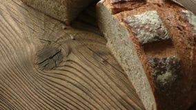 Πρόσφατα ψημένος ένας αγροτικός, φραντζόλα μαγιάς του ψωμιού απόθεμα βίντεο