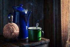 Πρόσφατα ψημένος μαύρος καφές στο ξύλινο εξοχικό σπίτι Στοκ Εικόνες