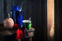 Πρόσφατα ψημένος μαύρος καφές τον κρύο χειμώνα Στοκ Εικόνες