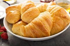 Πρόσφατα ψημένος croissants σε ένα κύπελλο Στοκ Φωτογραφίες