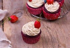 πρόσφατα ψημένος cupcakes με τη φράουλα Στοκ φωτογραφία με δικαίωμα ελεύθερης χρήσης