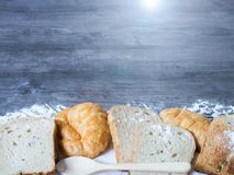 Πρόσφατα ψημένο εύγευστο ψωμί και croissant σε ένα ξύλινο worktop Στοκ φωτογραφία με δικαίωμα ελεύθερης χρήσης