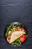 Πρόσφατα ψημένο ιταλικό piadina σε ένα πιάτο Στοκ Φωτογραφίες