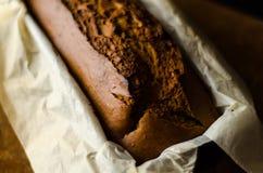 Πρόσφατα ψημένο κέικ μπανανών με τα καρύδια, ψωμί μπανανών με μορφή ψησίματος Στοκ Εικόνα