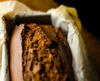 Πρόσφατα ψημένο κέικ μπανανών με τα καρύδια, ψωμί μπανανών με μορφή ψησίματος Στοκ Εικόνες