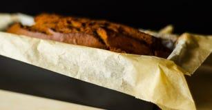 Πρόσφατα ψημένο κέικ μπανανών με τα καρύδια, ψωμί μπανανών με μορφή ψησίματος Στοκ εικόνες με δικαίωμα ελεύθερης χρήσης