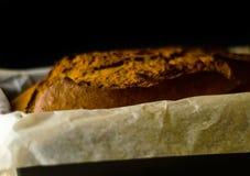 Πρόσφατα ψημένο κέικ μπανανών με τα καρύδια, ψωμί μπανανών με μορφή ψησίματος Στοκ εικόνα με δικαίωμα ελεύθερης χρήσης