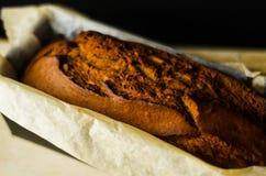 Πρόσφατα ψημένο κέικ μπανανών με τα καρύδια, ψωμί μπανανών με μορφή ψησίματος Στοκ Φωτογραφίες