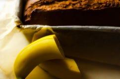 Πρόσφατα ψημένο κέικ μπανανών με τα καρύδια, ψωμί μπανανών με μορφή ψησίματος Στοκ Φωτογραφία
