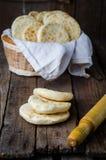 Πρόσφατα ψημένο μαροκινό μίνι flatbread - batbouts στον ξύλινο πίνακα Εκλεκτική εστίαση Αραβικά τρόφιμα Στοκ Εικόνες