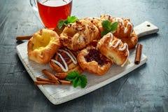 Πρόσφατα ψημένο παραδοσιακό πεκάν σφενδάμνου ζύμης γλυκό μίνι δανικό κολλώδες, κανέλα, Apple, μίγμα σμέουρων με καυτό Στοκ εικόνα με δικαίωμα ελεύθερης χρήσης
