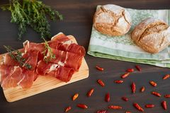 Πρόσφατα ψημένο χειροποίητο ψωμί σε μια πετσέτα κουζινών Φρέσκο πράσινο θυμάρι και καυτό κόκκινο πιπέρι Μπέϊκον Succulend σε έναν Στοκ εικόνες με δικαίωμα ελεύθερης χρήσης