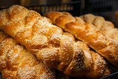 Πρόσφατα ψημένο ψωμί και ψημένα αγαθά στα ράφια στο μετρητή του αρτοποιείου Στοκ Φωτογραφίες