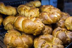 Πρόσφατα ψημένο ψωμί και ψημένα αγαθά στα ράφια στο μετρητή του αρτοποιείου Στοκ φωτογραφία με δικαίωμα ελεύθερης χρήσης