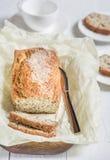 Πρόσφατα ψημένο ψωμί με τους σπόρους σουσαμιού σε έναν ξύλινο πίνακα σε ένα lig Στοκ Εικόνες