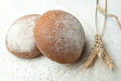 Πρόσφατα ψημένο ψωμί σίτου σίκαλη-σίτου ολόκληρο με τα αυτιά σε ένα άσπρο υπόβαθρο στοκ φωτογραφία με δικαίωμα ελεύθερης χρήσης