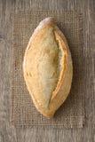 Πρόσφατα ψημένο ψωμί burlap σε ένα αγροτικό ύφος Στοκ εικόνα με δικαίωμα ελεύθερης χρήσης