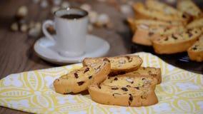 Πρόσφατα ψημένο biscotti αμυγδάλων και των βακκίνιων και φλυτζάνι του espresso φιλμ μικρού μήκους