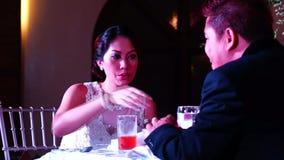 Πρόσφατα wed το ζεύγος δειπνεί στην αίθουσα υποδοχής απόθεμα βίντεο