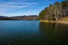 Πρόσφατη άποψη φθινοπώρου της δεξαμενής όρμων Carvins, Roanoke, Βιρτζίνια, ΗΠΑ στοκ φωτογραφίες