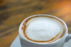 Πρόσφατη κινηματογράφηση σε πρώτο πλάνο κουπών καφέ άσπρη σε ξύλινο Στοκ εικόνα με δικαίωμα ελεύθερης χρήσης