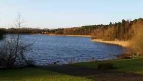 Πρόσφατος ήλιος πέρα από τη λίμνη Tongwell Στοκ φωτογραφία με δικαίωμα ελεύθερης χρήσης