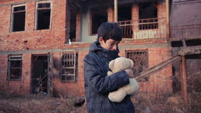 Πρόσφυγες παιδιών ενάντια στο σκηνικό των βομβαρδισμένων σπιτιών Πόλεμος φιλμ μικρού μήκους