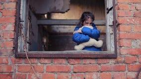 Πρόσφυγες παιδιών ενάντια στο σκηνικό των βομβαρδισμένων σπιτιών Πόλεμος απόθεμα βίντεο