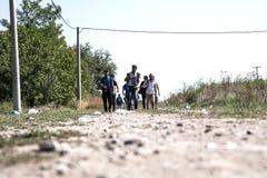 Πρόσφυγες που διασχίζουν τα σύνορα από τη Σερβία στην Κροατία σε Tovarnik Στοκ Φωτογραφίες