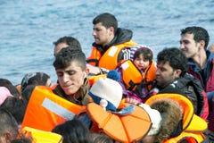 Πρόσφυγες που φθάνουν στην Ελλάδα στη βάρκα λέμβων από την Τουρκία Στοκ εικόνα με δικαίωμα ελεύθερης χρήσης