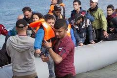 Πρόσφυγες που φθάνουν στην Ελλάδα στη βάρκα λέμβων από την Τουρκία Στοκ Εικόνες