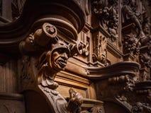 Πρόσχαρα ξύλινα χαραγμένα σκιαγραφίες και πρόσωπα στο παλαιό αβαείο Floref Στοκ εικόνα με δικαίωμα ελεύθερης χρήσης