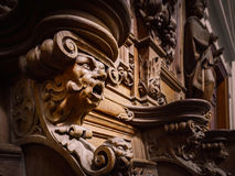 Πρόσχαρα ξύλινα χαραγμένα σκιαγραφίες και πρόσωπα στο παλαιό αβαείο Floref Στοκ Εικόνες