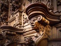 Πρόσχαρα ξύλινα χαραγμένα σκιαγραφίες και πρόσωπα στο παλαιό αβαείο Floref Στοκ Φωτογραφίες