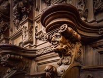 Πρόσχαρα ξύλινα χαραγμένα σκιαγραφίες και πρόσωπα στο παλαιό αβαείο Floref Στοκ φωτογραφία με δικαίωμα ελεύθερης χρήσης