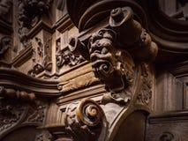 Πρόσχαρα ξύλινα χαραγμένα σκιαγραφίες και πρόσωπα στο παλαιό αβαείο Floref Στοκ Εικόνα