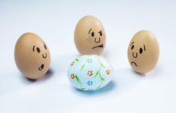 Πρόσωπα αυγών και ένα αυγό Πάσχας Στοκ εικόνα με δικαίωμα ελεύθερης χρήσης