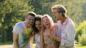 Πρόσωπα γέλιου της ενυδάτωσης των υγρών συγκινημένων φίλων που γιορτάζουν το φεστιβάλ χρώματος Holi απόθεμα βίντεο