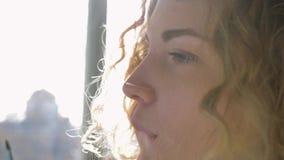Πρόσωπο έκφρασης και συγκινήσεις της γυναίκας καλλιτεχνών εργαζόμενος στο σχεδιασμό της νέας εικόνας στο εργαστήριο στην ηλιόλουσ απόθεμα βίντεο