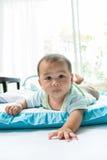 Πρόσωπο λίγου μωρού που βρίσκεται στο κρεβάτι παιδιών στο εγχώριο καθιστικό Στοκ εικόνα με δικαίωμα ελεύθερης χρήσης