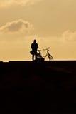 Πρόσωπο δίπλα στο ποδήλατό του/της στην αποβάθρα Στοκ φωτογραφία με δικαίωμα ελεύθερης χρήσης