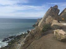 Πρόσωπο απότομων βράχων Καλιφόρνιας στον ωκεανό Στοκ φωτογραφία με δικαίωμα ελεύθερης χρήσης