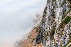 Πρόσωπο απότομων βράχων του Γιβραλτάρ επάνω από την ομίχλη Στοκ Εικόνες